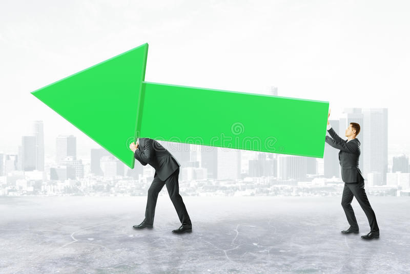 Businesspeople που φέρνει το πράσινο βέλος διαγραμμάτων ελεύθερη απεικόνιση δικαιώματος