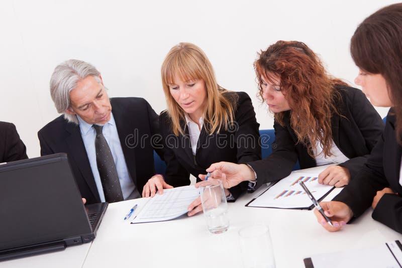Businesspeople στη συνεδρίαση στοκ φωτογραφία με δικαίωμα ελεύθερης χρήσης