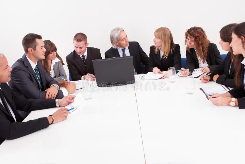 Businesspeople στη συνεδρίαση στοκ εικόνα με δικαίωμα ελεύθερης χρήσης