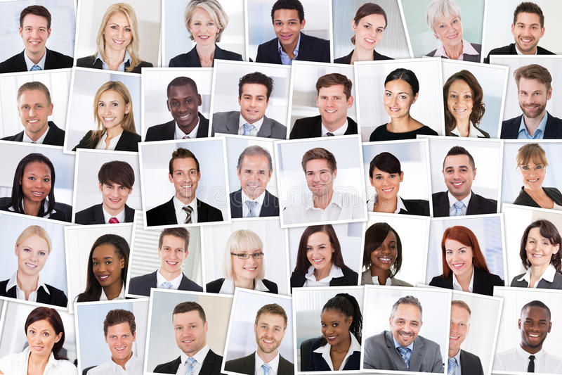 businesspeople χτυπώντας απομονωμένο το ομάδα χαμόγελο στοκ εικόνα