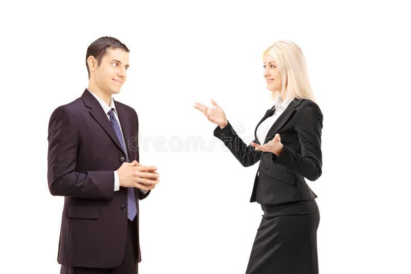 Businesspeople δύο που έχει τη συνομιλία από κοινού στοκ φωτογραφία με δικαίωμα ελεύθερης χρήσης
