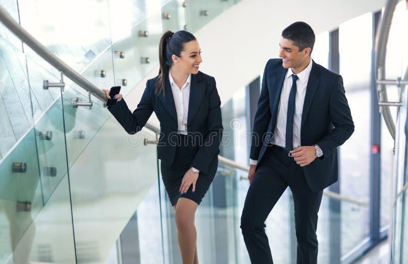 Businesspeople δύο που μιλά καθώς περπατούν στοκ φωτογραφία