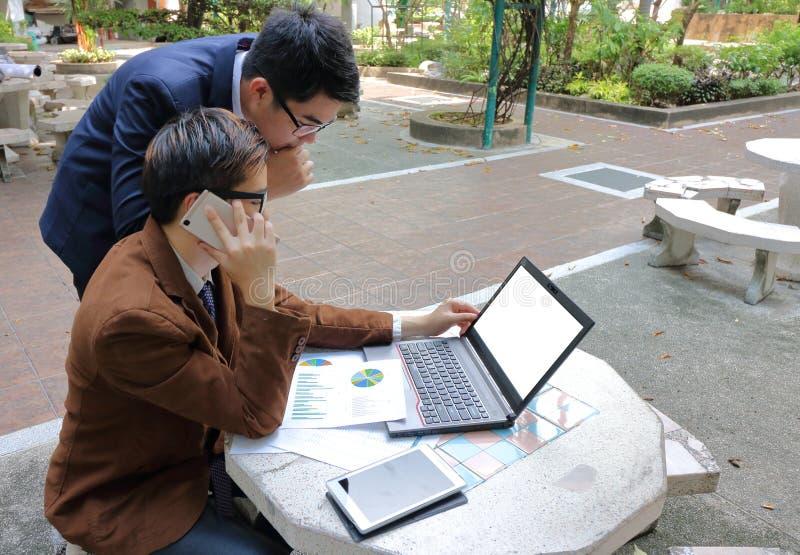 Businesspeople arbetar tillsammans på offentligt utomhus- fotografering för bildbyråer