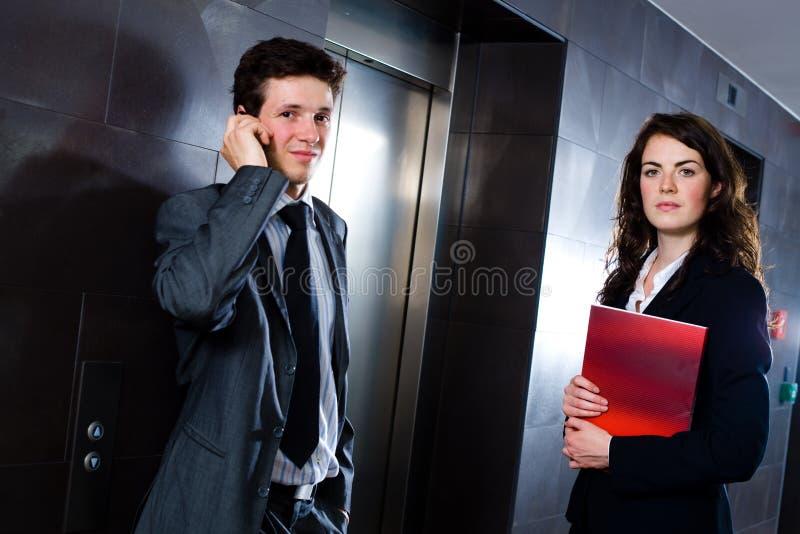 Businesspeople bij hal royalty-vrije stock foto's