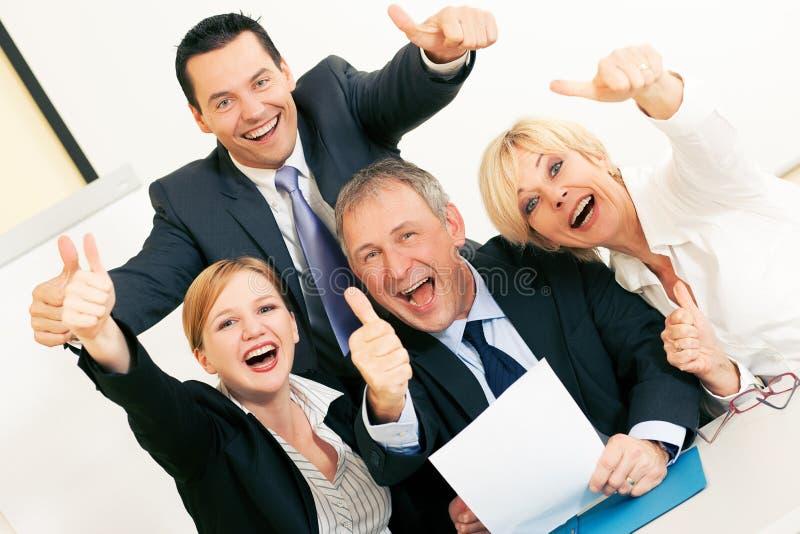 Businesspeople in bureau dat groot succes heeft stock afbeeldingen
