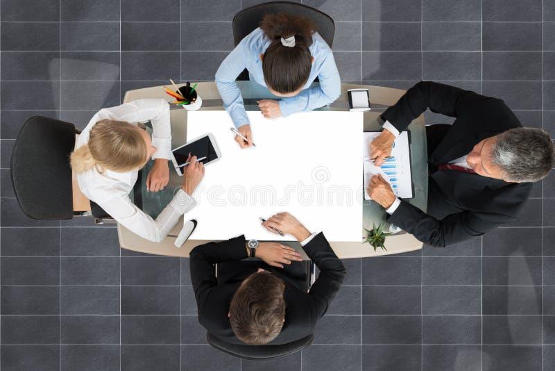 Businesspeople die bij bureau werkt royalty-vrije stock fotografie