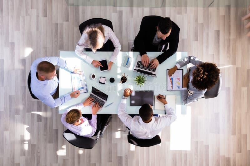 Businesspeople die in bureau werkt royalty-vrije stock foto's