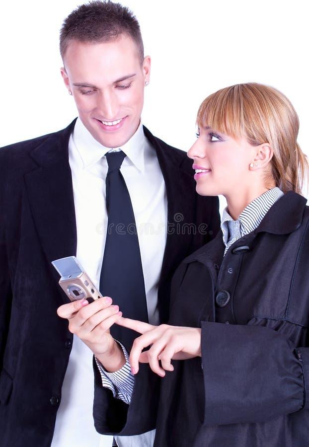 Businesspeople die info op mobiele telefoons deelt stock foto
