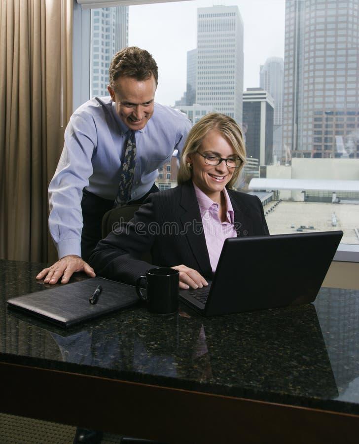 Businesspeople die Laptop Computer bekijkt stock foto's
