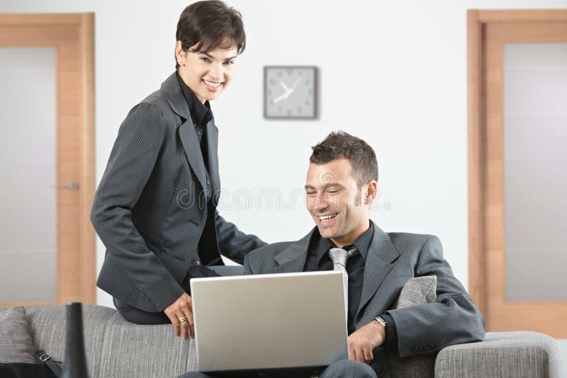 Businesspeople die op kantoor werkt royalty-vrije stock afbeelding