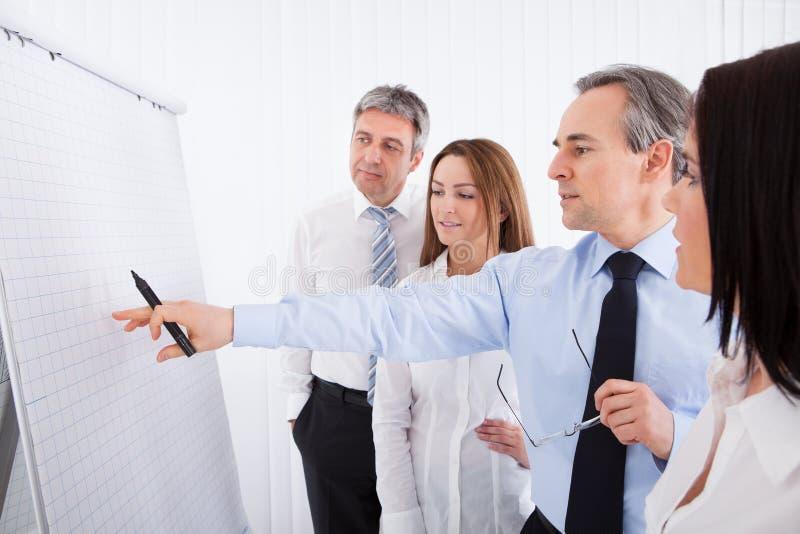 Businesspeople die project bespreekt stock fotografie
