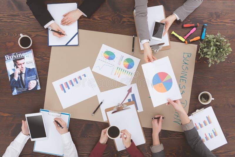 Businesspeople die samenwerkt royalty-vrije stock afbeelding