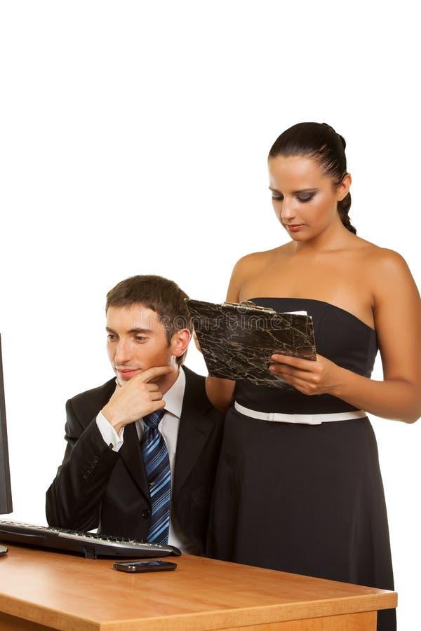 Businesspeople die terwijl het werken bij de computer bespreken royalty-vrije stock afbeeldingen
