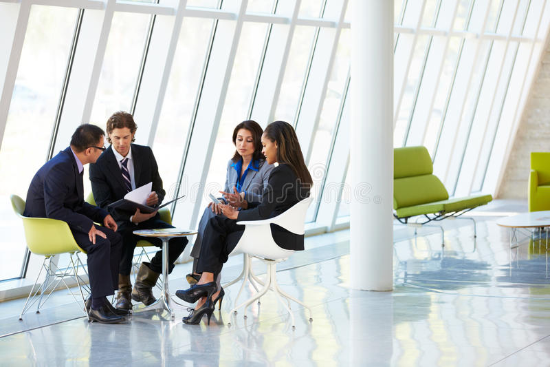 Businesspeople die Vergadering in Modern Bureau hebben royalty-vrije stock afbeeldingen
