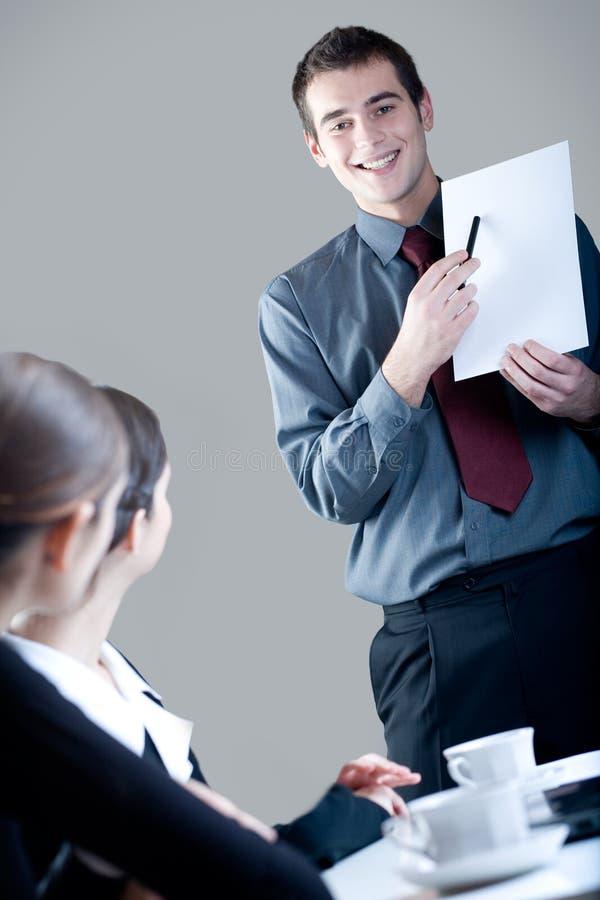 Businesspeople drie bij een presentatie stock afbeeldingen