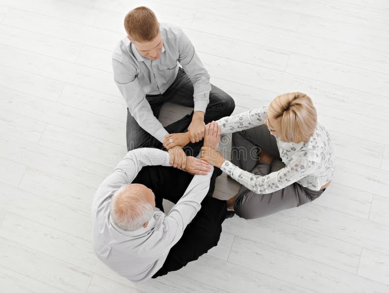 Businesspeople drie die samen mediteert stock foto's