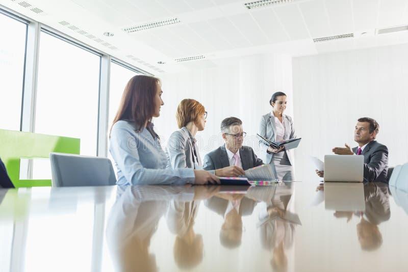 Businesspeople in een vergadering stock foto's