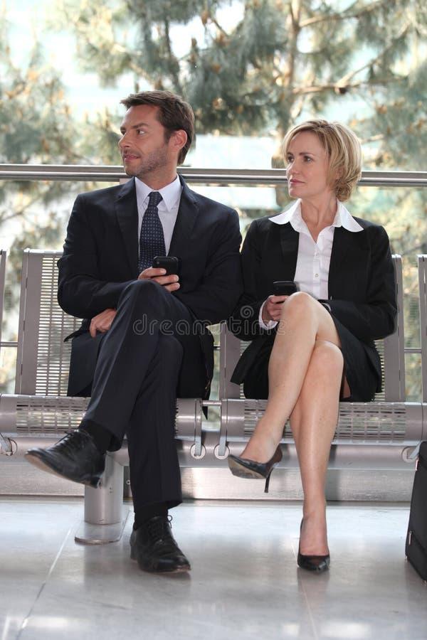 Businesspeople in een wachtkamer stock foto