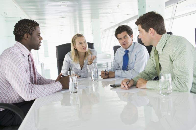 businesspeople fyra som har möte royaltyfri foto