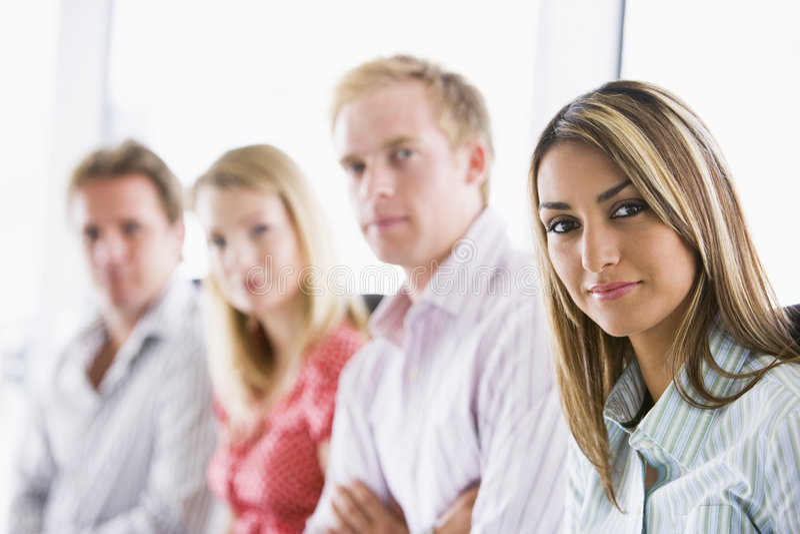 businesspeople fyra som sitter inomhus royaltyfri foto