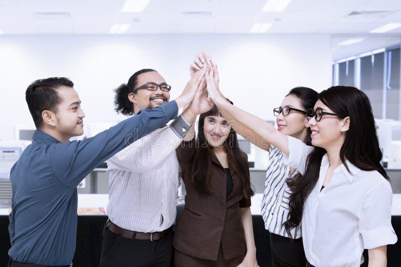 Businesspeople gör gest för höjdpunkt fem royaltyfria bilder