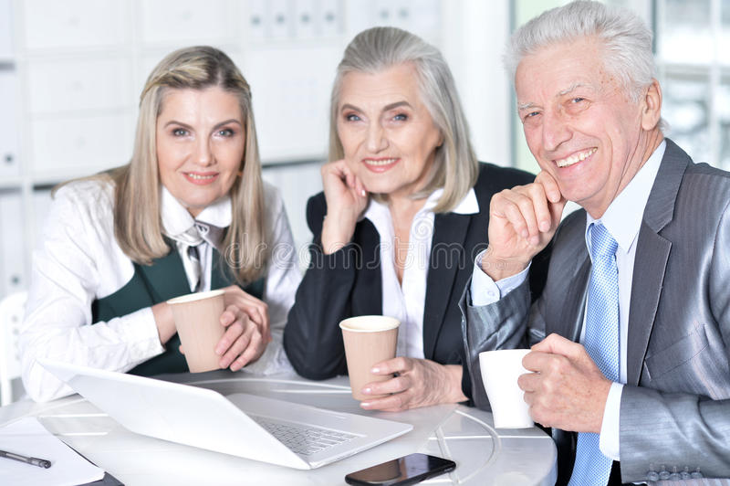 Businesspeople gebruikend laptop royalty-vrije stock afbeeldingen