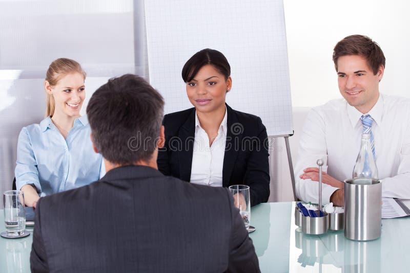 Businesspeople i ett möte arkivfoto