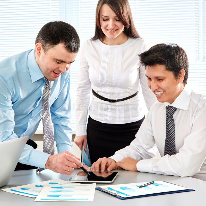 Businesspeople i ett möte på kontoret royaltyfri fotografi