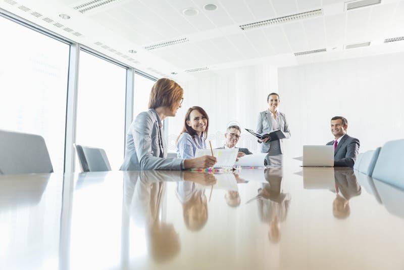 Businesspeople i konferensrum arkivbilder