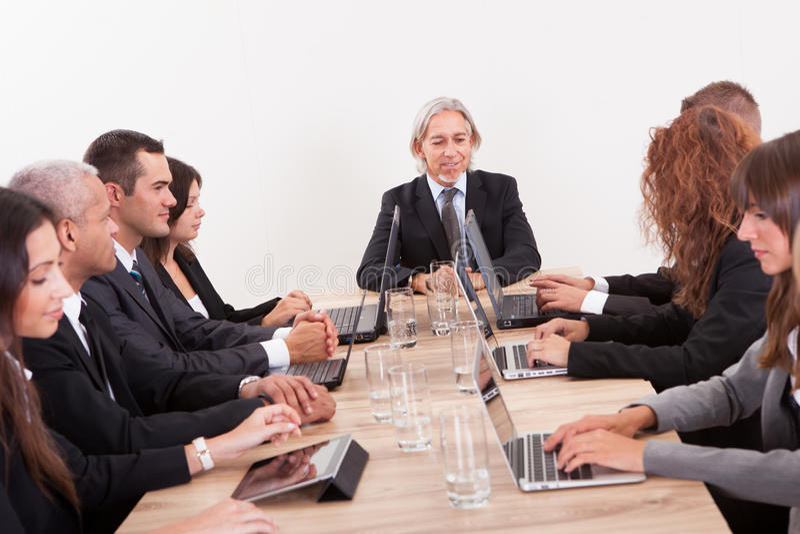 Businesspeople i möte royaltyfri foto