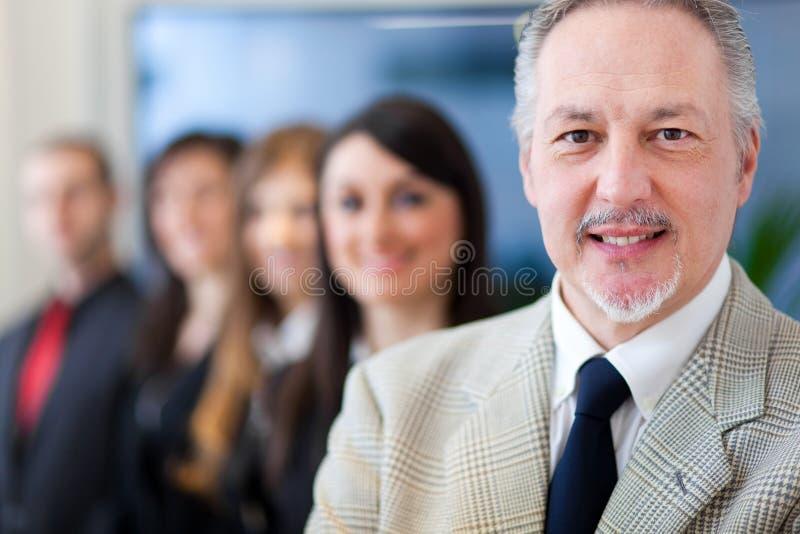 Businesspeople: ledare framme av hans lag royaltyfri bild
