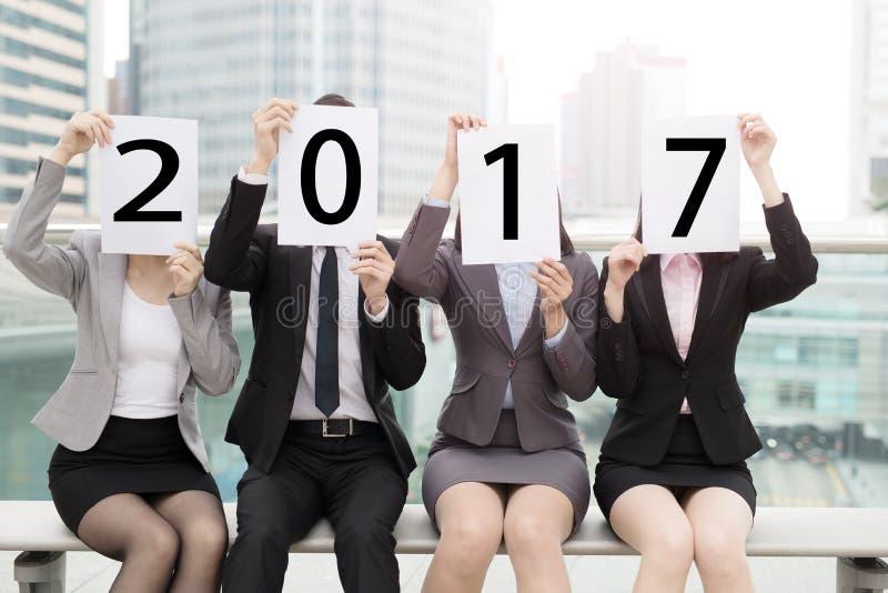 2017 businesspeople med affischtavlan royaltyfri fotografi