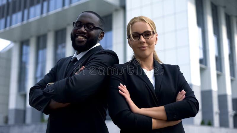 Businesspeople med korsade armar som ser kameran, karriär och lyckad framtid royaltyfria bilder