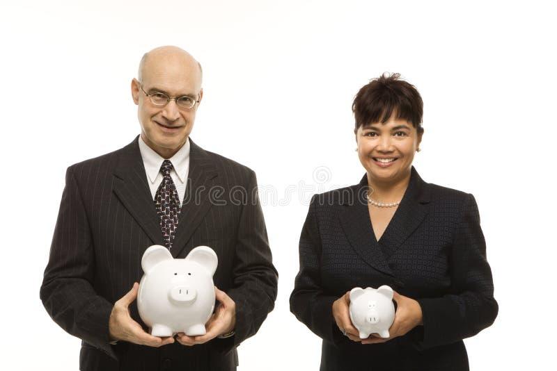 Businesspeople met piggybanks stock foto's