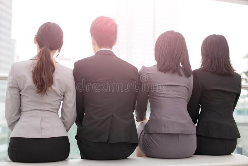 Businesspeople sitter tillbaka till dig arkivfoto