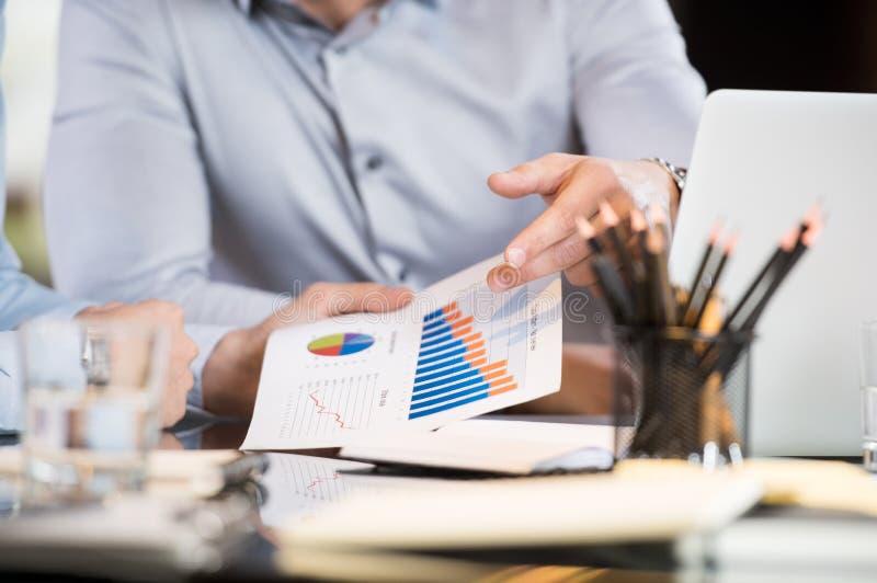 Businesspeople som analyserar grafer fotografering för bildbyråer