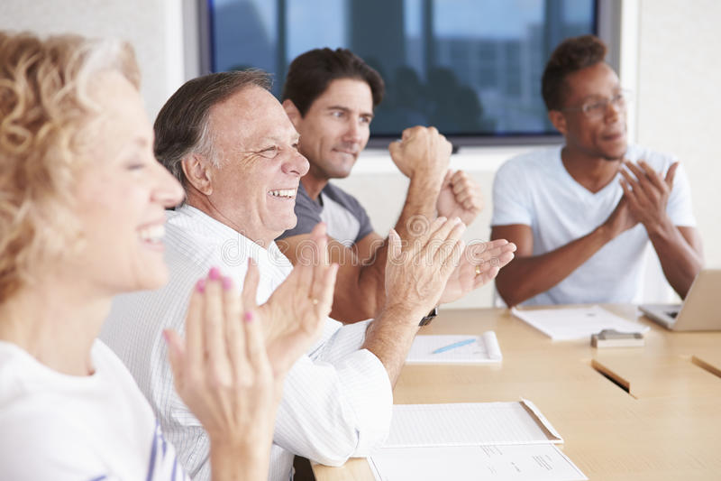 Businesspeople som applåderar kollegan i styrelse arkivbilder