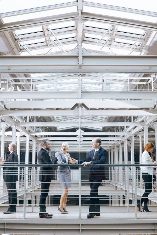 Businesspeople som arbetar för stort företag royaltyfri fotografi