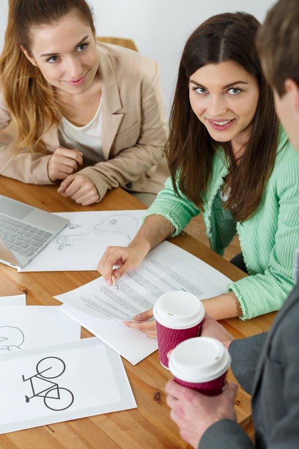 Businesspeople som arbetar och dricker kaffe royaltyfria foton
