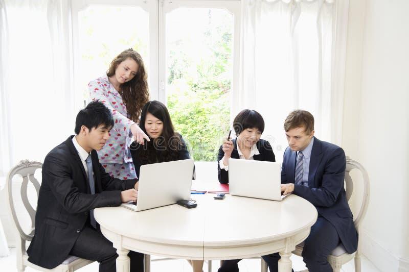 Businesspeople som arbetar på bärbara datorn royaltyfria foton