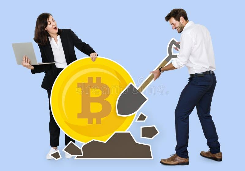 Businesspeople som bryter elektronisk kassa för bitcoincryptocurrency royaltyfri foto