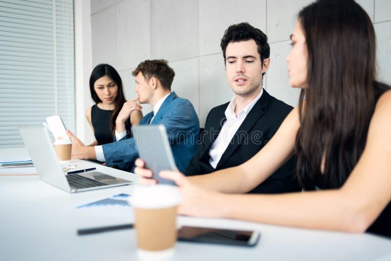 BusinessPeople som diskuterar för nya projekt arkivfoto