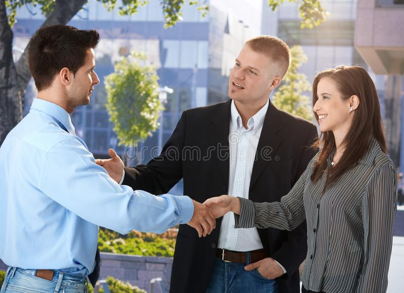 Businesspeople som förutom möter kontoret royaltyfri fotografi