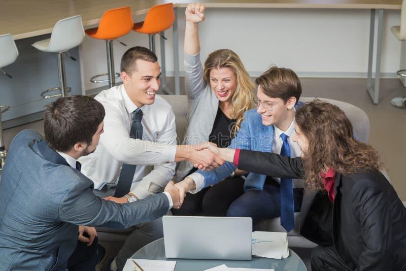 Businesspeople som firar nytt avtal arkivbilder