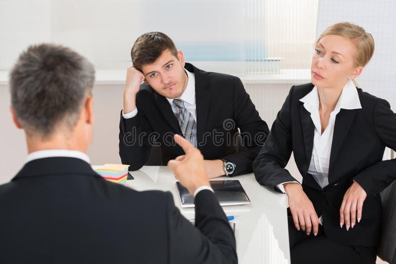 Businesspeople som har argument på arbetsplatsen royaltyfria foton