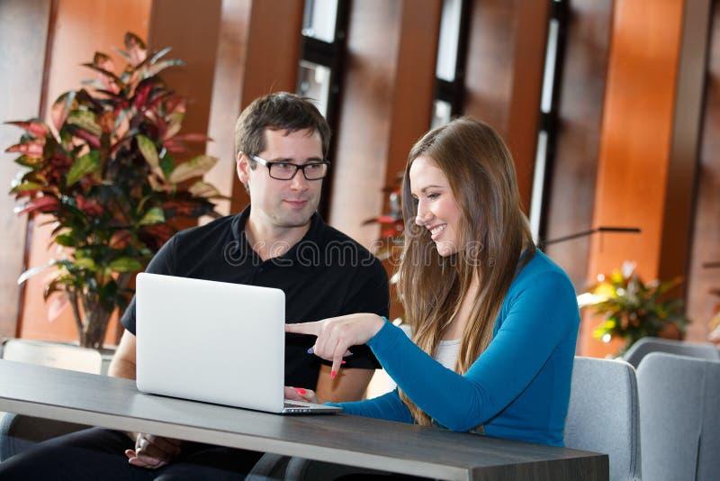 Businesspeople som har avbrottet i lobbyrum arkivfoton