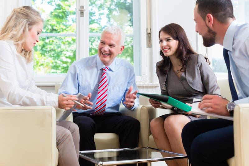 Businesspeople som har diskussion i regeringsställning arkivbild