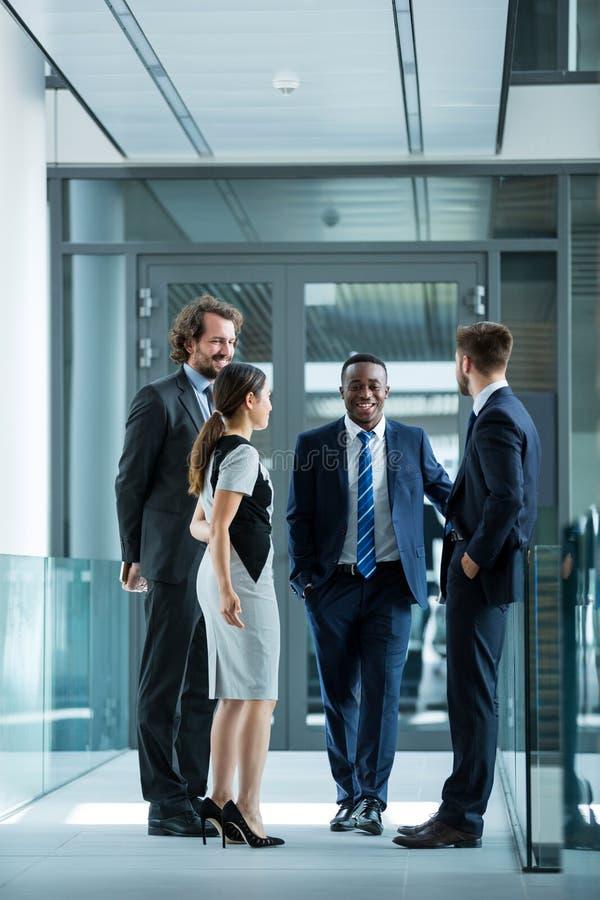 Businesspeople som har en diskussion i regeringsställning royaltyfri foto