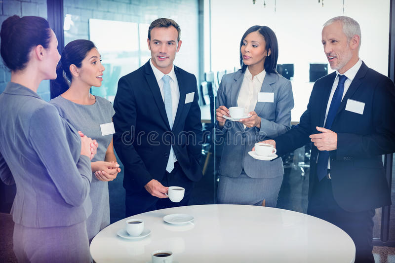 Businesspeople som har en diskussion under breaktime fotografering för bildbyråer