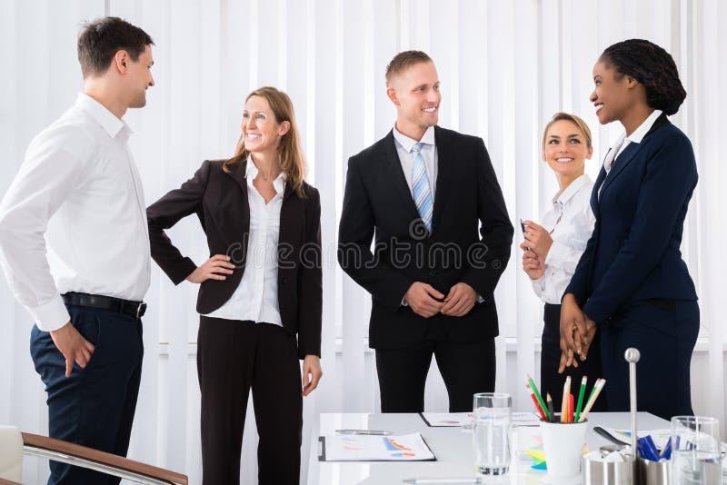 Businesspeople som har konversation royaltyfri foto